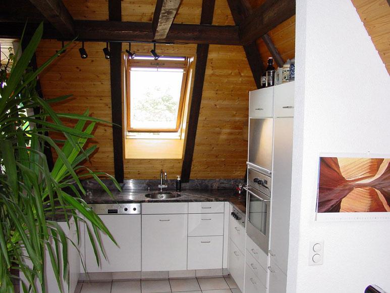 Küche In Dachschräge Kunstharz Hellgrau, Arbeitsfläche Granit. Da Wir Küchen  Selber Herstellen, Können Wir Die Tiefe Der Möbel Mit Auszügen Optimal ...