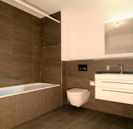Bad mit Mosaikfliessen an der Badewanne