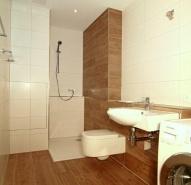 Kleines Badezimmer mit Bodenfliesen an der Wand