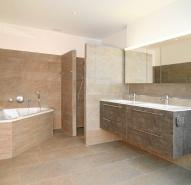 Grosses Badezimmer mit Eckbadewanne und begehbarer Dusche