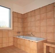 Bad mit Wanne und Dusche mit Sitzbank