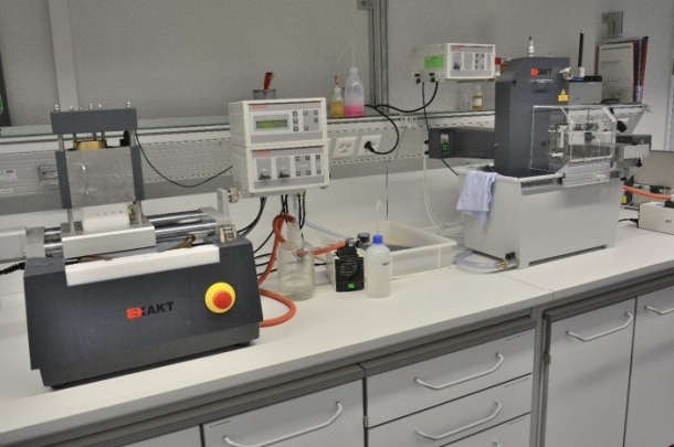 Plastic embedding and sectioning with the Exakt-System and the Reichert-Jung Ultracut E.